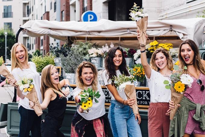 花を持つ女性たち