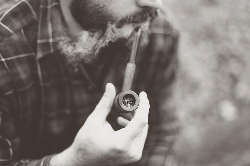 男性とタバコ