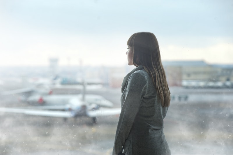遠くを見る女性