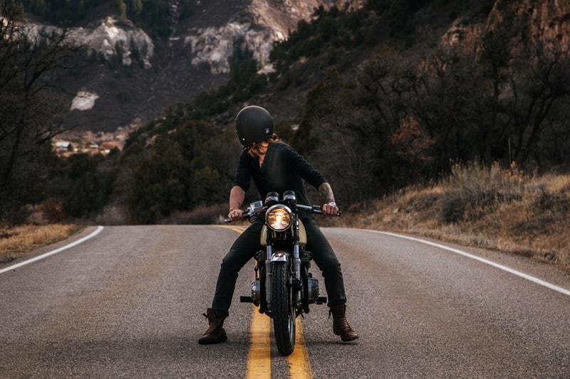 バイクにまたがる男性