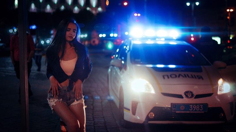 パトカーと女性